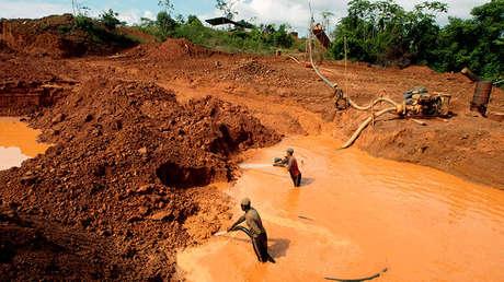 Mineros en busca de oro cerca de la aldea de Las Cristinas en el sur del estado de Bolívar, Venezuela, el 30 de enero de 2009.