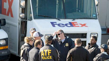 Oficiales de Policías investigan la explosión en el local de FedEx en Schertz, el 20 de marzo de 2018.