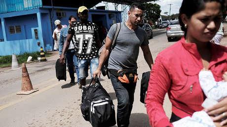 Migrantes venezolanos en el control fronterizo con el estado de Roraima en Brasil, el 16 de noviembre de 2017.