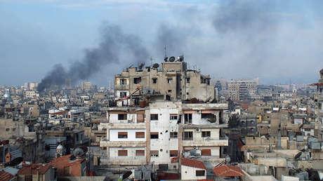 El humo se eleva sobre un edificio en la ciudad siria de Homs, el 11 de marzo de 2013.