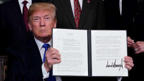 El presidente de EE UU., Donald Trump, muestra el memorando firmado sobre los aranceles a productos de alta tecnología de China. La Casa Blanca, Washington, EE.UU., el 22 de marzo de 2018.