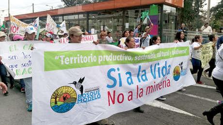 Ecuatorianos marchan contra las concesiones mineras por Quito, el 22 de marzo de 2018.