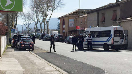 Policías en el lugar de la toma de rehenes en Trèbes, departamento de Aude (Francia), 23 de marzo de 2018