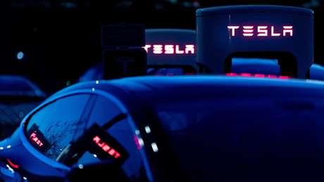 Vehículos Tesla Supercharger en el estacionamiento de Qualcomm en Sorrento Valley, donde están ubicadas muchas compañías de alta tecnología, biotecnología e informática, San Diego, California, EE.UU., el febrero de 2018.