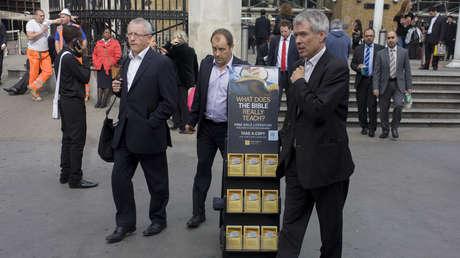 Un estante móvil de folletos de los testigos de Jehová en el centro de Londres.