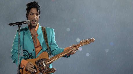 El músico estadounidense Prince durante su actuación el 4 de febrero de 2007 en el Super Bowl XLI en el Dolphin Stadium de Miami.