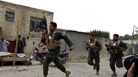 Soldados del Ejército afgano corren hacia el sitio de un ataque suicida en Kabul, el 10 de agosto de 2010.