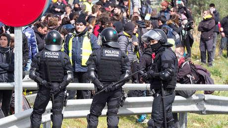 La Policía antidisturbios catalana evacúa a los manifestantes cerca de Figueras, España, 27 marzo de 2018.