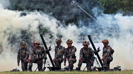 Soldados del ejército indio participan en un ejercicio durante una exposición de dos días 'Conozca a su ejército' en Ahmedabad, India, el 19 de agosto de 2016.