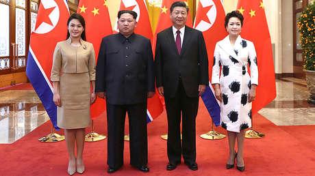 El líder norcoreano Kim Jong-un y su esposa Ri Sol-ju con el presidente chino Xi Jinping y su esposa Peng Liyuan en Pekín, China, el 28 de marzo de 2018.