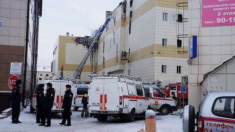 Vehículos del servicio de Emergencias junto al centro comercial en Kémerovo, el 26 de marzo de 2018