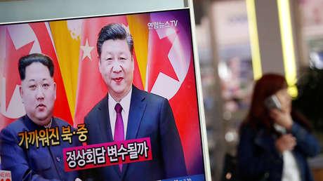 La televisión surcoreana informa sobre la reunión del líder norcoreano Kim Jong-un con el presidente de China, Xi Jinping. Seúl 28 de marzo de 2018.