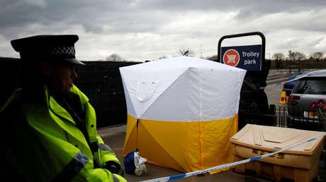 La Policía acordona el 13 de marzo el estacionamiento del supermercado en Salisbury donde Serguéi Skripal aparcó su coche días antes.
