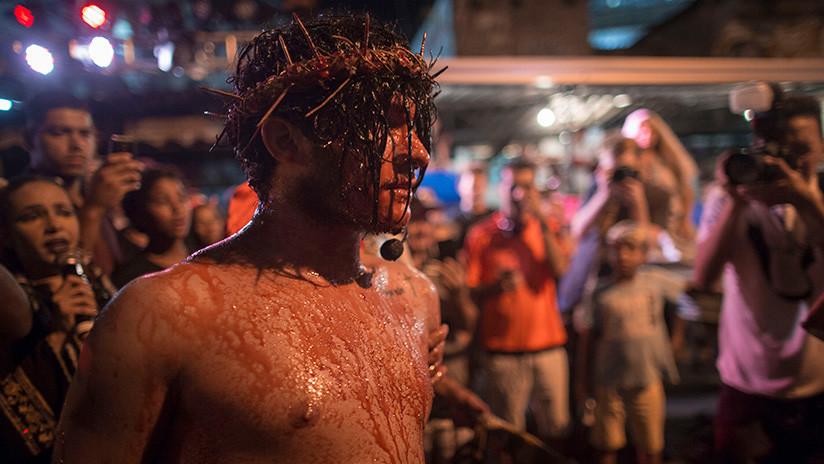 VIDEO ÉPICO: Hombre intenta 'salvar' a Jesús de la cruz y agrede a un actor el Viernes Santo