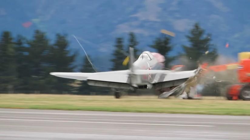 VIDEO: El momento en que una avioneta hace añicos su ala al chocar con un vehículo tras aterrizar