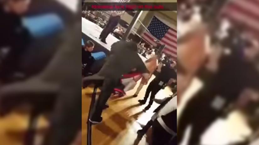 VIDEO: La lucha libre se vuelve más real que nunca tras escupir un luchador su chicle a una menor