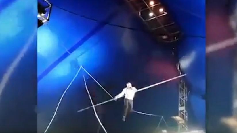 VIDEO: Un acróbata se cae de una cuerda durante una actuación en un circo en Siberia