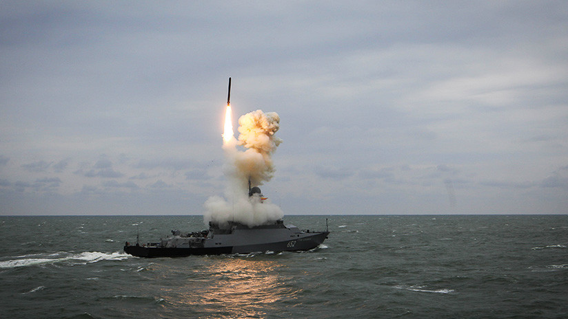 Naves de la Flotilla rusa del Caspio destruyen  con misiles a un enemigo simulado en un ejercicio
