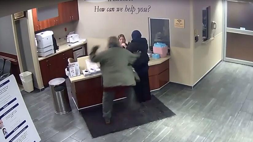 VIDEO: Un hombre ataca por la espalda a una adolescente musulmana en un hospital