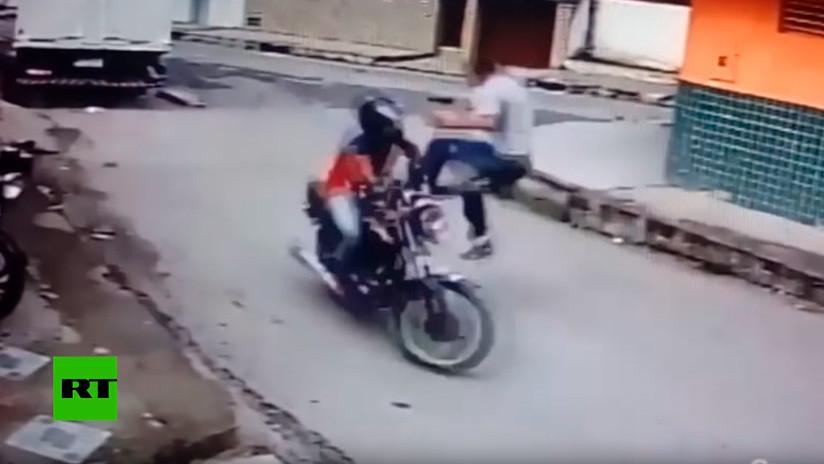 VIDEO: Derriba con una patada voladora a un ladrón que huía en moto