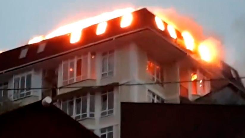 Rusia: Evacuan a 50 personas en Sochi al registrarse un incendio en un edificio de viviendas (VIDEO)