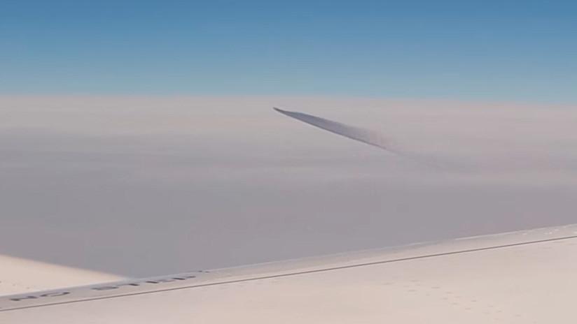 """""""Un objeto gris suspendido en el aire"""": Pasajeros de un avión filman un ovni sobre el Egeo (VIDEO)"""