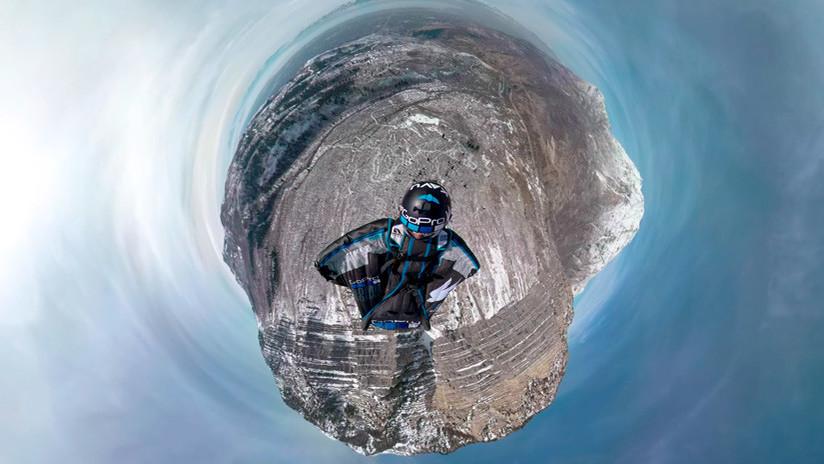 Un hombre en 'wingsuit' flota en el aire y rompe las reglas de la gravedad