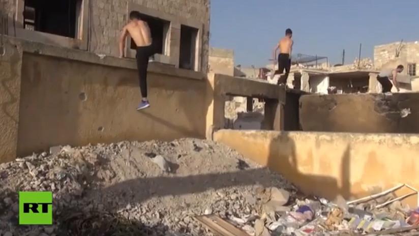 VIDEO: Los deportistas extremos sirios practican el 'parkour' en las calles destruidas de Aleppo