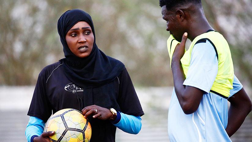 FOTOS: Una sudanesa hace historia en el fútbol árabe al ocupar el banquillo de un club masculino
