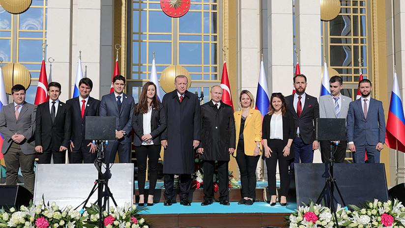 VIDEO: Erdogan 'quita' una mujer a Putin para tomarse una buena foto