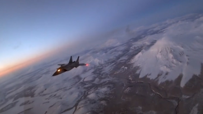 VIDEO: Un caza supersónico ruso MiG-31 recarga combustible en pleno vuelo nocturno