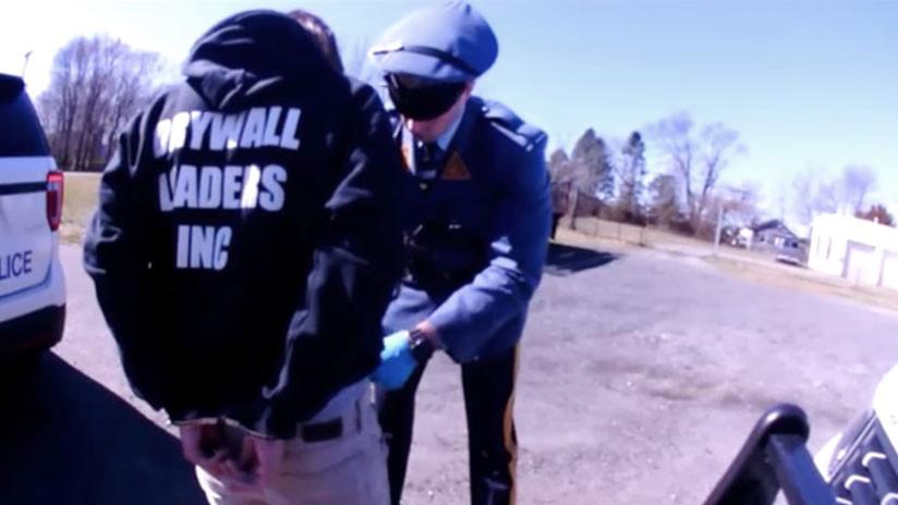 """VIDEO: Policías cachean el ano y genitales de un hombre porque """"huele a marihuana"""""""
