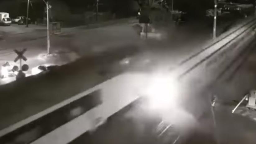 FUERTE VIDEO: Un conductor ignora las barreras de un paso a nivel y sufre un dramático final