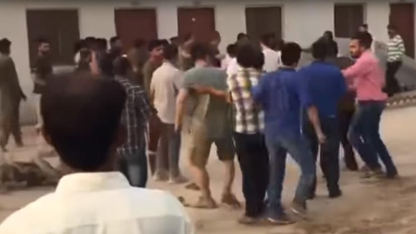 VIDEO: Trabajadores chinos atacan a la Policía en Pakistán porque no les dejan irse de prostitutas