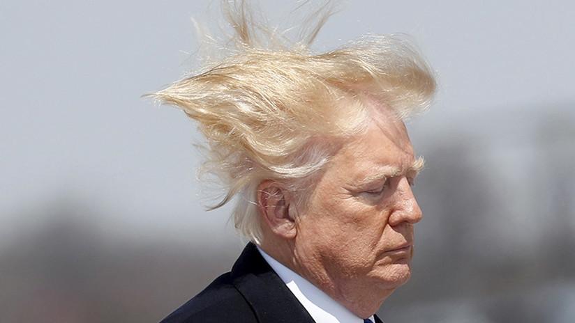 ¿Estilo Gokú?: Se viraliza un incómodo video en que la melena de Trump se 'escapa'