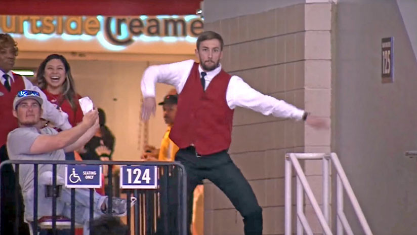 De acomodador a estrella del momento: Este sorprendente baile deja a todos boquiabiertos (VIDEO)