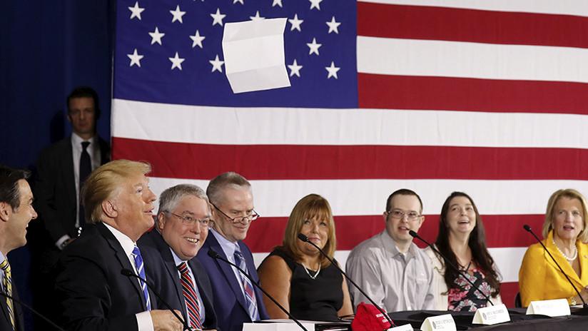 """""""¡Al diablo con esto, es aburrido!"""": Trump tira al suelo un discurso que iba a leer (VIDEO)"""