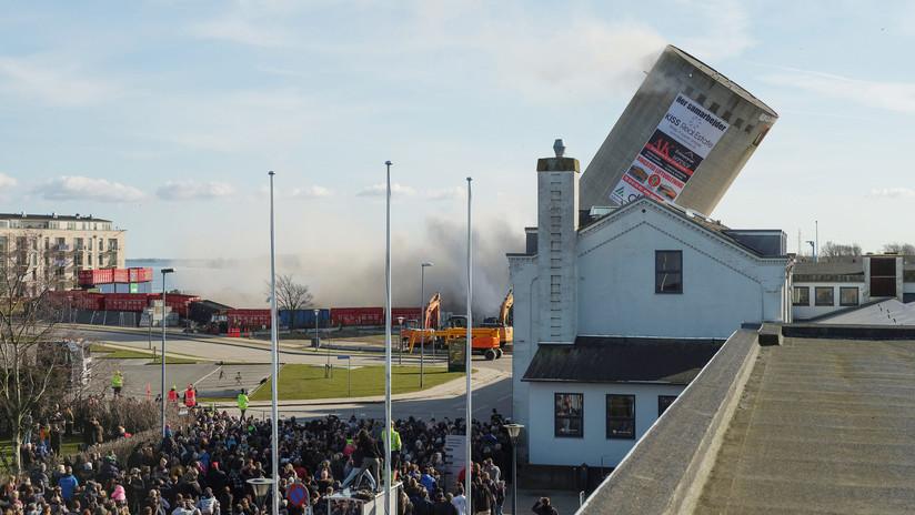 VIDEO: Dinamitan un silo en Dinamarca y cae sobre una biblioteca