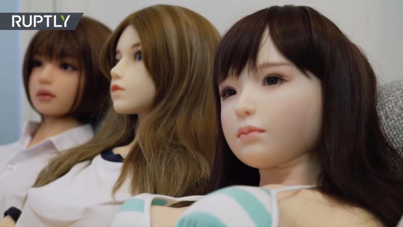 """VIDEO: """"Mis cuatro muñecas sexuales me enseñaron a ser una persona más decidida"""""""