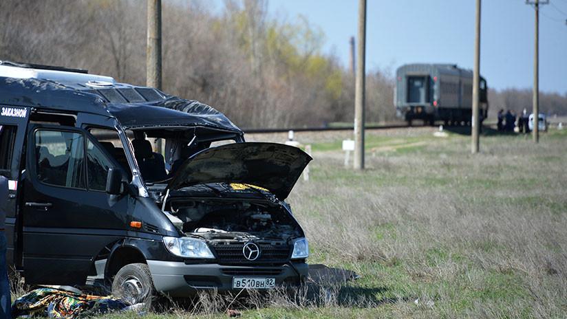 VIDEO, FOTOS: Cinco muertos y varios heridos al colisionar un tren con un minibús en Crimea