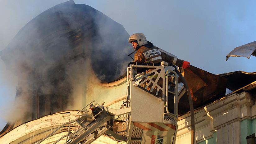 Un gran incendio consume un edificio cerca de un centro comercial en Rusia (VIDEOS)