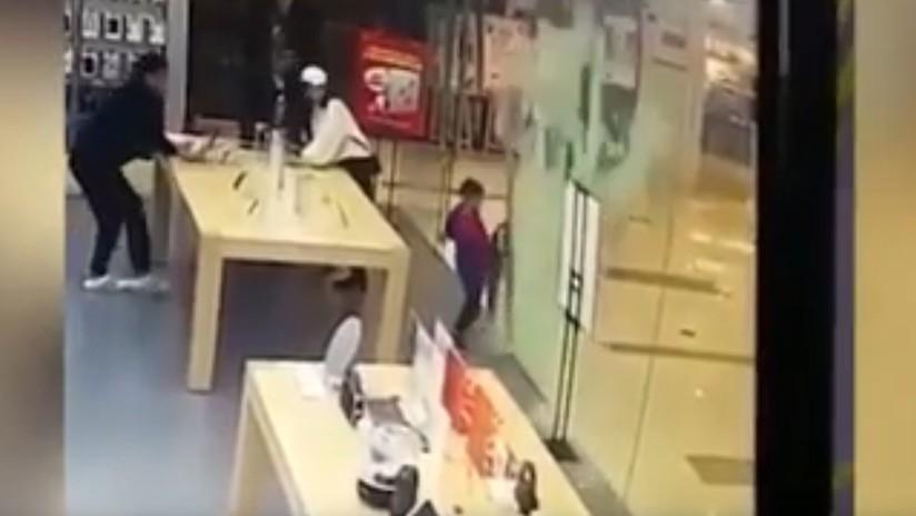 VIDEO ESCALOFRIANTE: La puerta de cristal de una tienda Apple se hace añicos en la cara de un niño