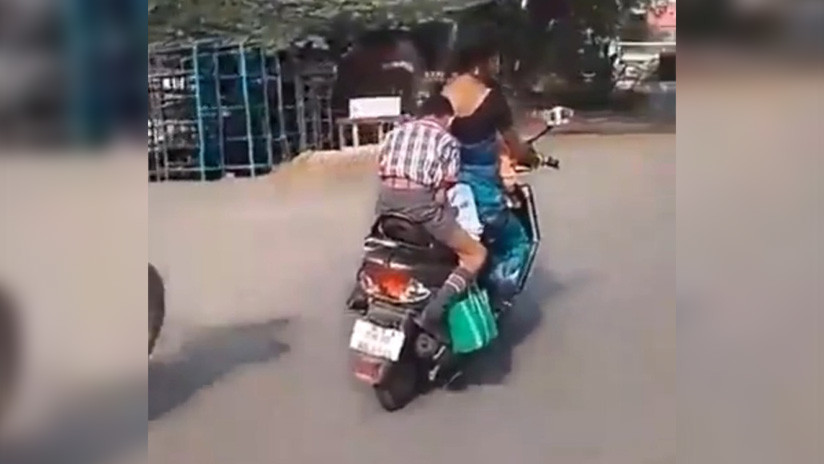VIDEO: Un niño hace sus deberes sobre una motocicleta en marcha