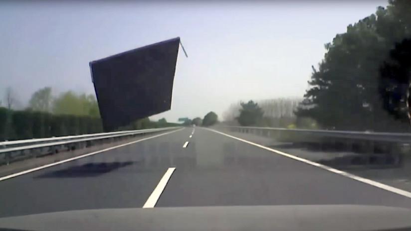 VIDEO: Sobrevive al impacto de una gran lámina de metal contra el parabrisas de su coche