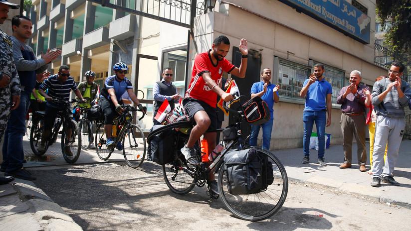 Un hincha egipcio se embarca en un viaje en bicicleta a Rusia para apoyar a su nación en el Mundial