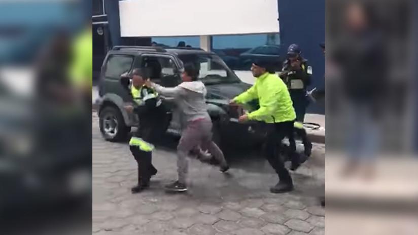 VIDEOS: Agentes de tránsito, agredidos por infractoras en Ecuador