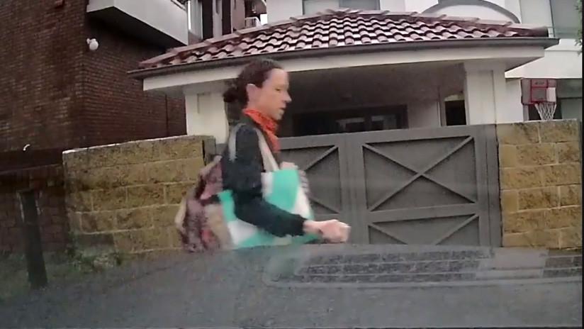 VIDEO: Una mujer que rayó varias veces el auto de alta gama de su vecino explica el motivo