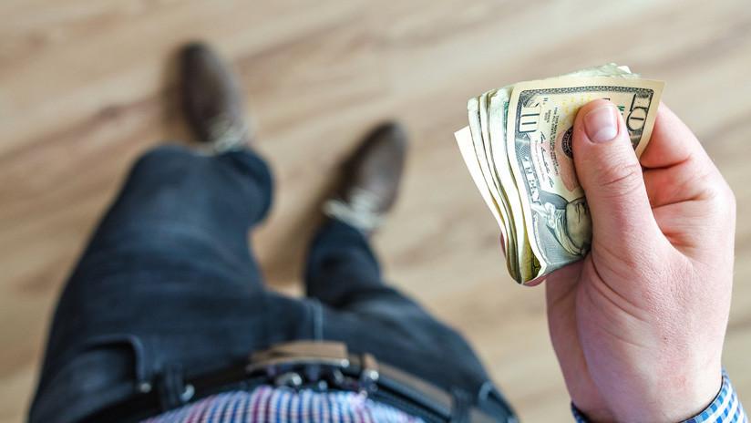 VIDEO: Una ráfaga de viento se lleva el dinero que acababa de robar un ladrón