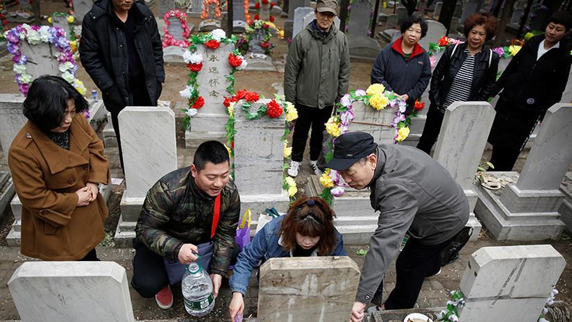 Miles de tumbas vacías para personas todavía con vida inundan un condado chino