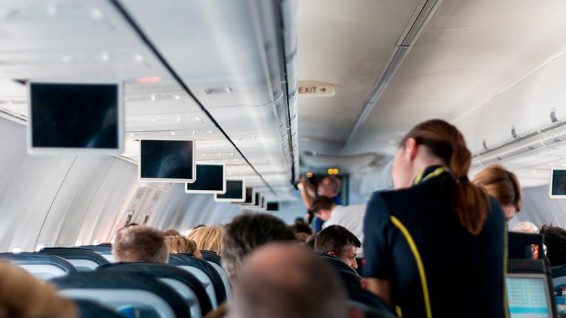 Cómo no viajar en avión: Tres amigas toman vodka y se arrancan el pelo en una brutal pelea (VIDEO)